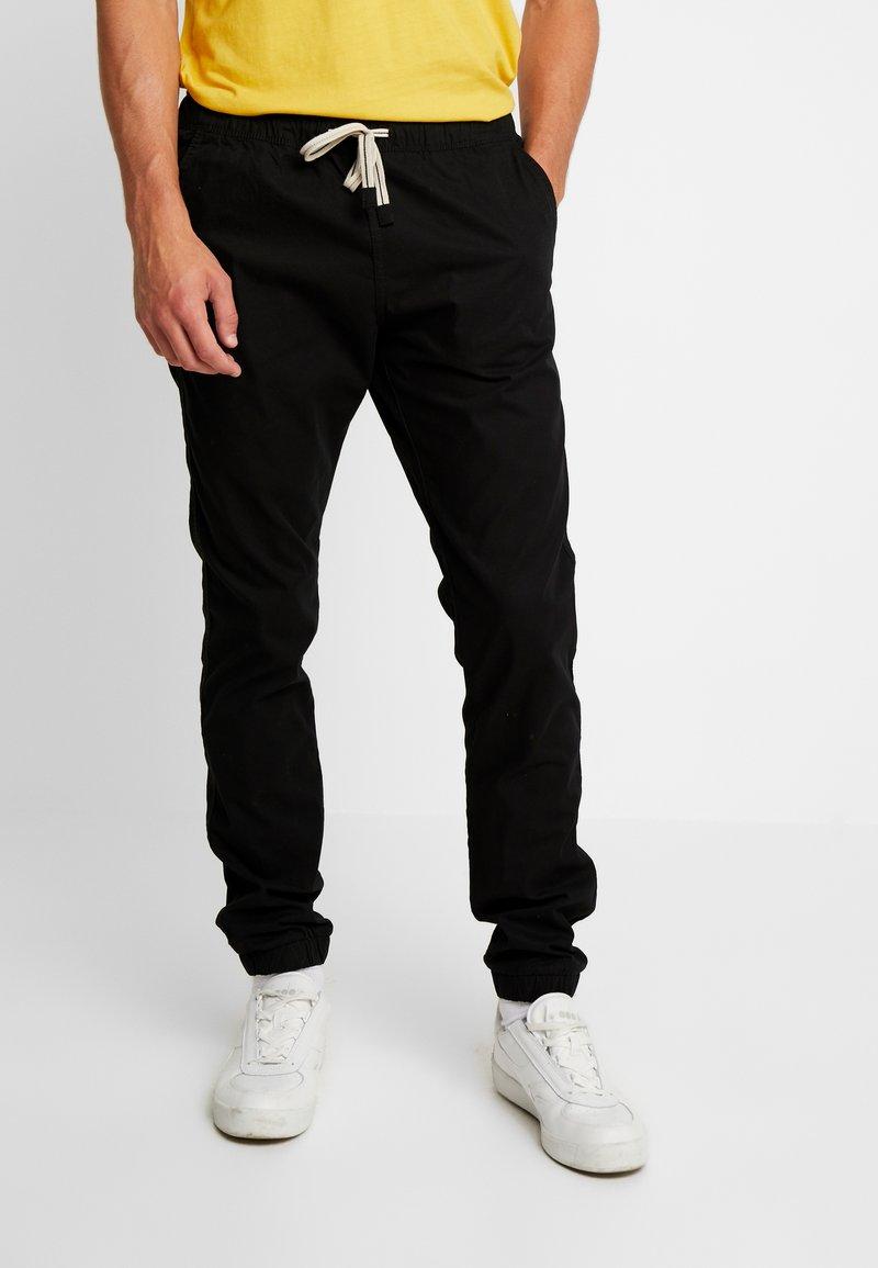 Produkt - PKTAKM ALEX  - Trousers - black