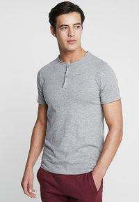 Produkt - PKTAUK TIGER GRANDAD TEE - T-shirt basic - light grey melange - 0