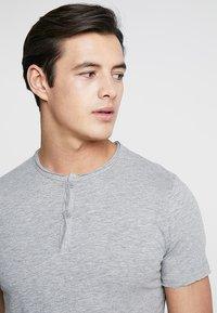Produkt - PKTAUK TIGER GRANDAD TEE - T-shirt basic - light grey melange - 3