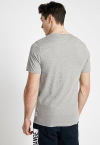 Produkt - AUTHENTIC TEE - T-shirt z nadrukiem - light grey melange