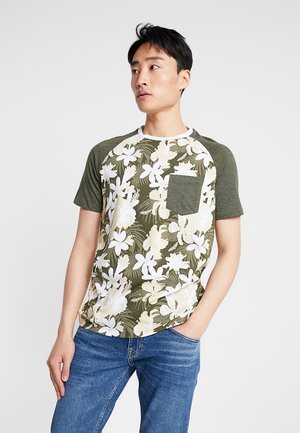PKTGMS PARLOR POCKET TEE  - T-shirt med print - forest night
