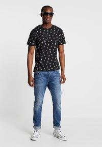 Produkt - PKTGMS DUDE TEE - T-shirt med print - black - 1