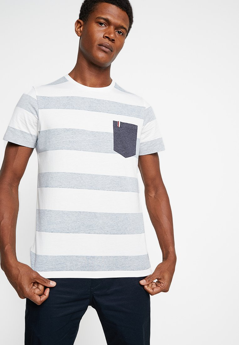 Produkt - PKTGMS SPLIT STRIPE TEE POCKET - T-shirts print - ensign blue