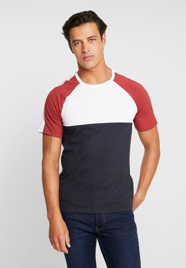PKTVIY CLAY CUT TEE - T-shirt med print - brick red