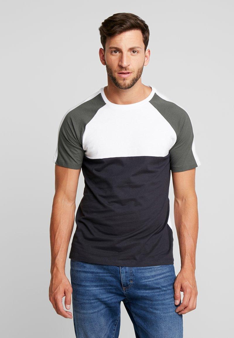 Produkt - PKTVIY CLAY CUT TEE - T-shirts med print - urban chic