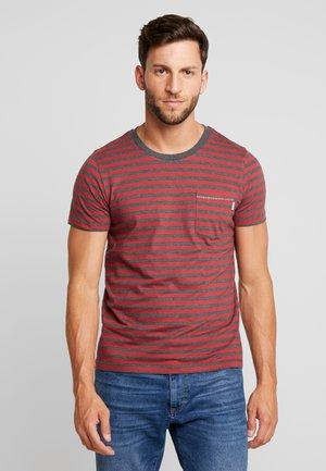 SANS TEE  - T-shirt z nadrukiem - brick red