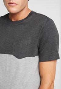 Produkt - PKTAUK ENDLESS TEE - T-shirt z nadrukiem - light grey melange - 4