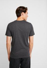 Produkt - PKTAUK ENDLESS TEE - T-shirt z nadrukiem - light grey melange - 2