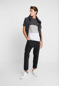 Produkt - PKTAUK ENDLESS TEE - T-shirt z nadrukiem - light grey melange - 1