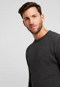 Produkt - PKTHNN  - Sweter - dark grey melange - 3