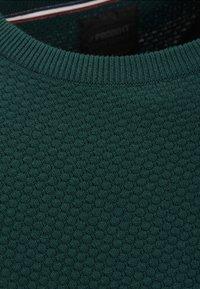 Produkt - PKTHNN  - Sweter - evergreen - 2
