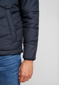 Produkt - PKTAKM FORUM HOOD PUFFER JACKET - Chaqueta de entretiempo - navy blazer - 4