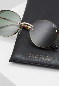 QUAY AUSTRALIA - FARRAH - Sluneční brýle - gold-coloured/green - 2
