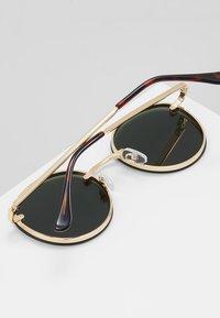 QUAY AUSTRALIA - FARRAH - Sluneční brýle - gold-coloured/green - 4