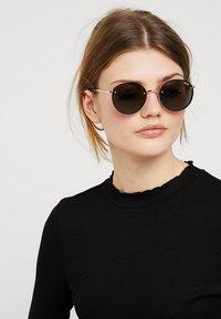 QUAY AUSTRALIA - FARRAH - Sluneční brýle - gold-coloured/green - 1