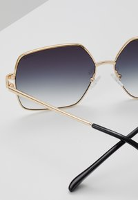 QUAY AUSTRALIA - BACKSTAGE - Lunettes de soleil - gold-coloured/smoke - 1