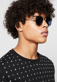 QUAY AUSTRALIA - HELIOS - Sluneční brýle - silver-coloured/navy - 1