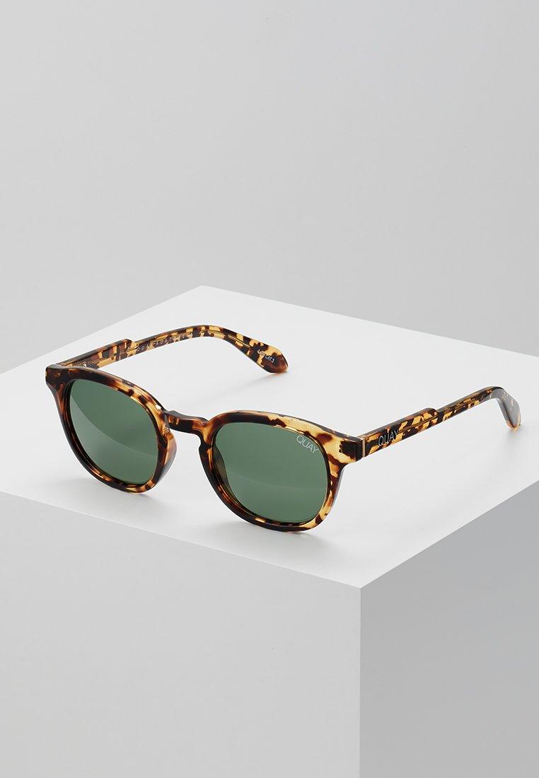 QUAY AUSTRALIA - WALK ON - Gafas de sol - tort/grn