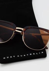 QUAY AUSTRALIA - EVASIVE - Sluneční brýle - matte tort/brown - 2