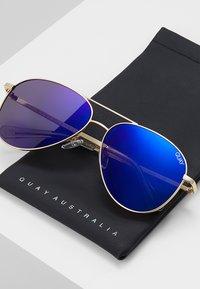 QUAY AUSTRALIA - STILL STANDING - Sonnenbrille - matte gold-coloured/blue revo - 2
