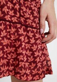 Queen Mum - DRESS 3/4 KNEE - Kjole - spiced coral - 4