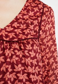 Queen Mum - DRESS 3/4 KNEE - Kjole - spiced coral - 6