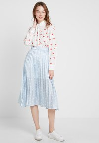 Sister Jane - PLEATED SKIRT IN SHIMMER STAR - A-lijn rok - light blue/white