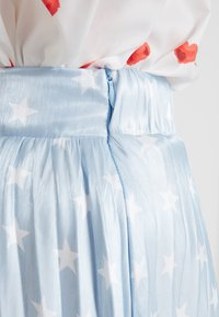 Sister Jane - PLEATED SKIRT IN SHIMMER STAR - A-lijn rok - light blue/white - 4