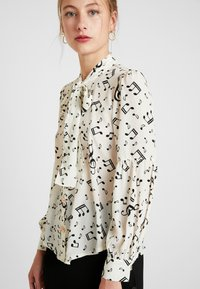 Sister Jane - NOTES BOW BLOUSE - Blouse - ivory - 4