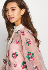 Sister Jane - STRAWBERRY LANE EMBROIDERED BLOUSE - Blouse - pink - 3