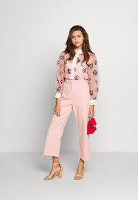 Sister Jane - STRAWBERRY LANE EMBROIDERED BLOUSE - Blouse - pink - 1