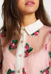 Sister Jane - STRAWBERRY LANE EMBROIDERED BLOUSE - Blouse - pink - 5