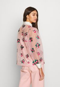 Sister Jane - STRAWBERRY LANE EMBROIDERED BLOUSE - Blouse - pink - 2