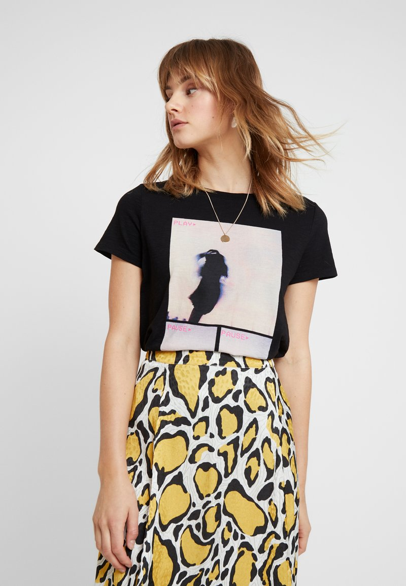 Q/S designed by - T-shirts med print - black