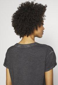 Q/S designed by - KURZARM - T-shirt basique - asphalt - 5