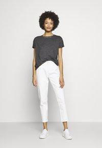 Q/S designed by - KURZARM - T-shirt basique - asphalt - 1