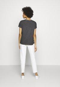 Q/S designed by - KURZARM - T-shirt basique - asphalt - 2