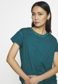 Q/S designed by - KURZARM - T-shirt basique - petrol - 4