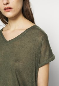 Q/S designed by - T-shirt basique - olive - 5