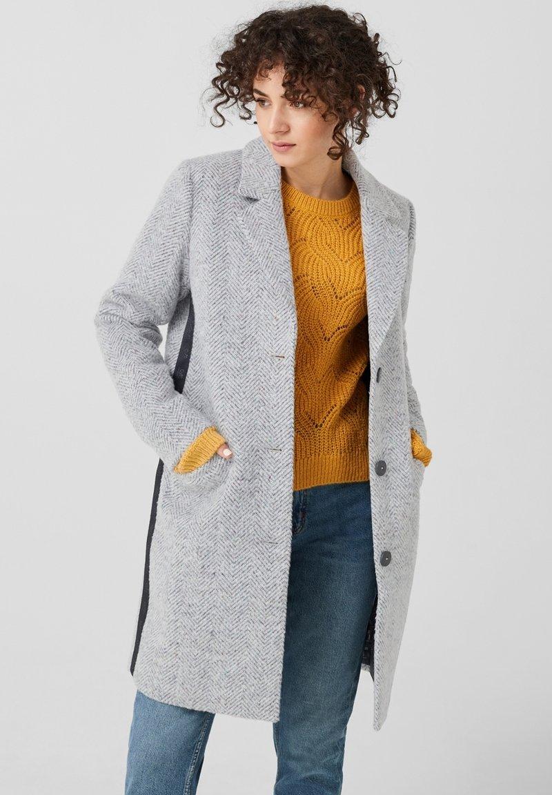 Q/S designed by - MIT FISCHGRAT-STRUKTUR - Classic coat - grey