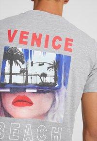 Q/S designed by - T-shirt print - grey - 5