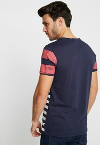 Q/S designed by - KURZARM - T-shirt z nadrukiem - red - 2