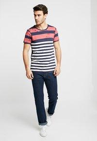 Q/S designed by - KURZARM - T-shirt z nadrukiem - red - 1