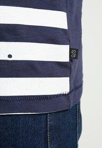 Q/S designed by - KURZARM - T-shirt z nadrukiem - red - 5