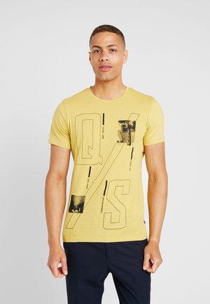 KURZARM - T-shirt z nadrukiem - mustard yellow