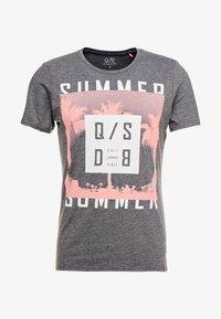 Q/S designed by - KURZARM - T-shirt med print - black grey - 3