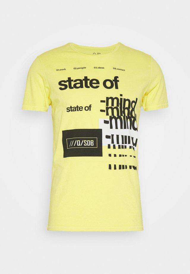 T-SHIRT KURZARM - T-shirt z nadrukiem - limelight