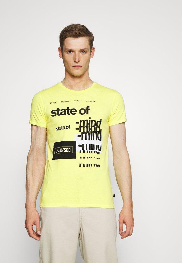 KURZARM - Print T-shirt - limelight