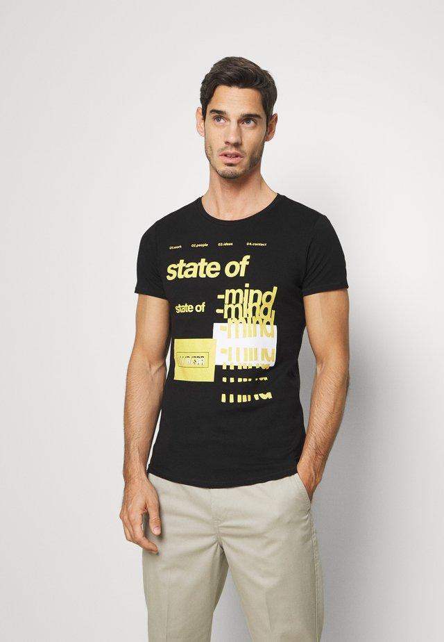 T-SHIRT KURZARM - T-shirt z nadrukiem - black