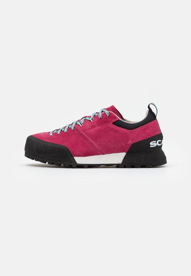 KALIPÈ - Hiking shoes - red rose/jade